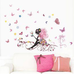 Flicka, älva med fjärilar på en gren