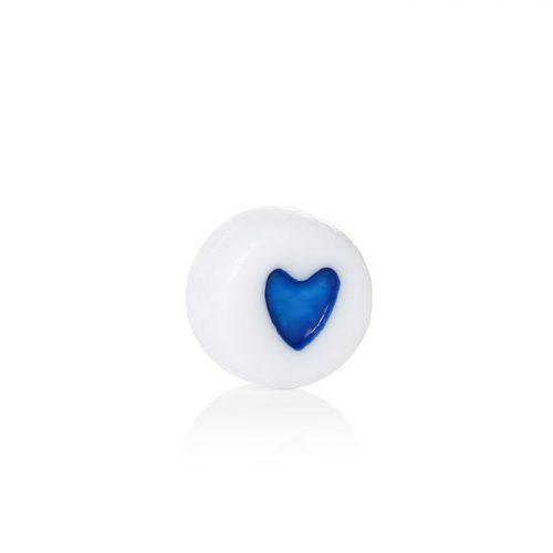 Platt vit pärla med blå härta