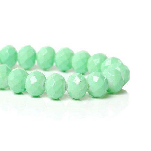 Facetterade glaspärlor på sträng i mintgrön färg - 8mm