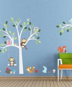 Vitt träd med olika djur