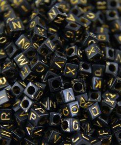 Svarta bokstavspärlor med guld bokstav - kub 100 st