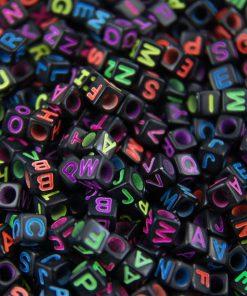 Bokstavspärlor kub svart  - Bokstäver i neon färger
