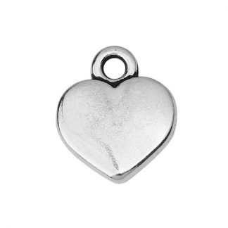 Silverfärgade hängen i form av hjärta